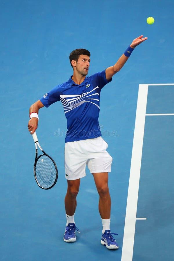 campione Novak Djokovic di Grand Slam di 14 volte nell'azione durante la sua partita di semifinale all'Australian Open 2019 nel p immagini stock