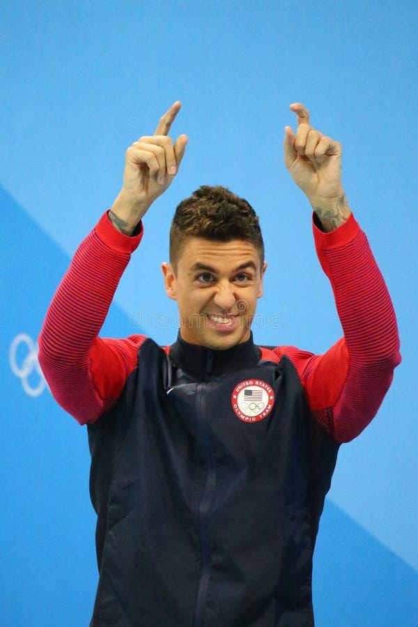 Campione olimpico Anthony Ervin degli Stati Uniti durante la cerimonia della medaglia dopo il finale di stile libero del ` s 50m  immagini stock libere da diritti