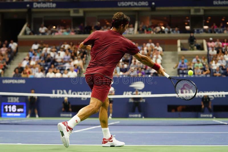 campione Roger Federer di 20-time Grand Slam della Svizzera nell'azione durante il giro 2018 di US Open della partita 16 fotografia stock