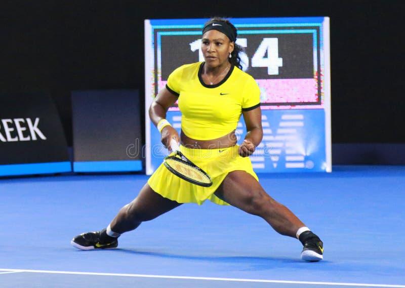 Campione Serena Williams del Grande Slam di venti un volte nell'azione durante la sua partita finale all'Australian Open 2016 fotografie stock libere da diritti