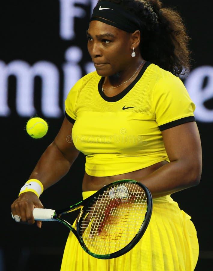 Campione Serena Williams del Grande Slam di venti un volte nell'azione durante la sua partita finale all'Australian Open 2016 immagini stock libere da diritti