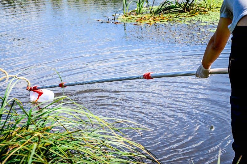 Campioni della presa di acqua per prova di laboratorio Il concetto - analisi di purezza dell'acqua, ambiente, ecologia immagini stock libere da diritti