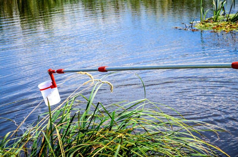 Campioni della presa di acqua per prova di laboratorio Il concetto - analisi di purezza dell'acqua, ambiente, ecologia immagini stock
