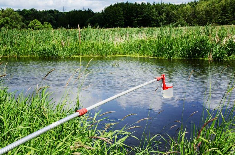 Campioni della presa di acqua per prova di laboratorio Il concetto - analisi di purezza dell'acqua, ambiente, ecologia immagine stock libera da diritti