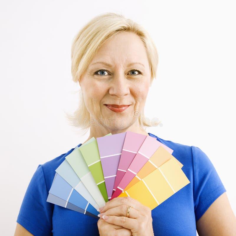Campioni della vernice della holding della donna. fotografie stock