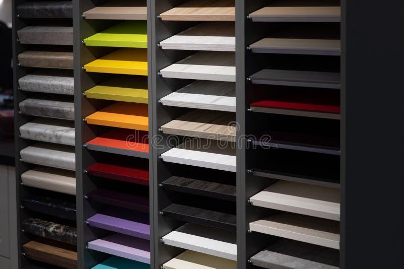 campioni delle facciate di legno per gli armadi da cucina fotografia stock libera da diritti