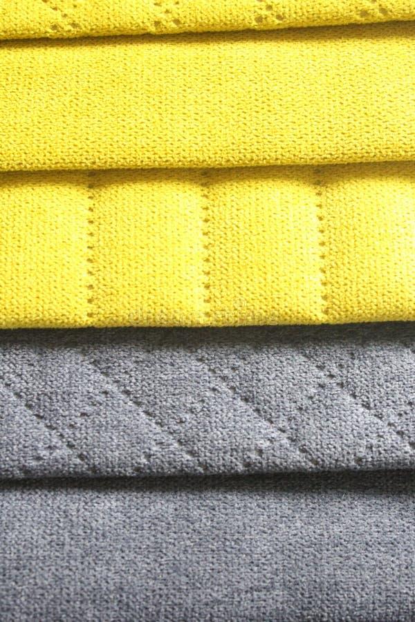 Campioni variopinti del tessuto da arredamento Primo piano dei campioni del tessuto della mobilia Tessuto giallo e grigio con eff immagine stock
