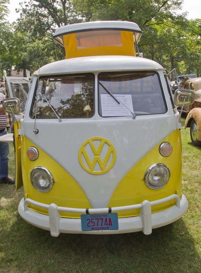 Campista 1966 amarelo & do branco da VW foto de stock