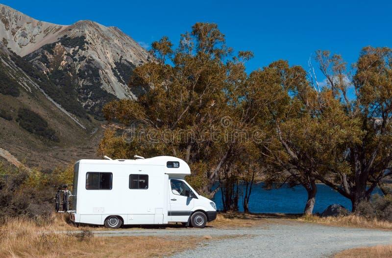 Campista de Motorhome no lago Pearson/reserva natural de Moana Rua, Nova Zelândia imagem de stock royalty free