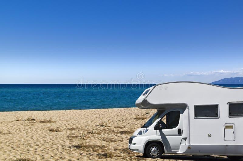Campista en la playa imagenes de archivo