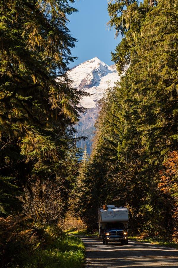 Campista no padeiro Lake Road, cercado pelas árvores e pelo padeiro neve-tampado Mountain no fundo nas cascatas nortes, fotos de stock