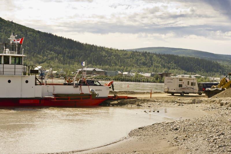 Campista que desembarca a balsa de Yukon foto de stock royalty free