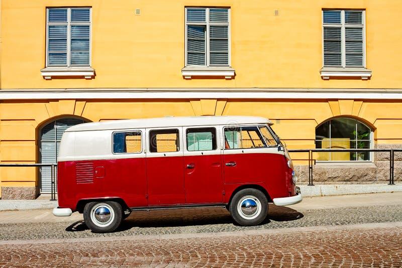 Campista Van Parked By uma construção amarela imagens de stock royalty free