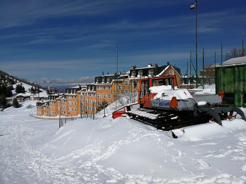 Campitello Matese - moto de nieve en la pista del trineo imagen de archivo
