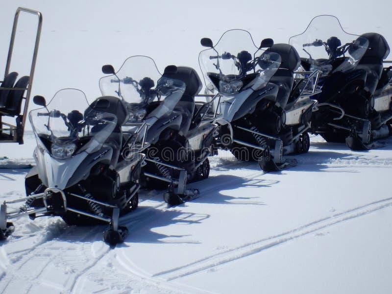 Campitello Matese - motos de nieve en fila imagenes de archivo