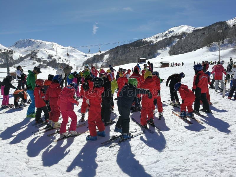 Campitello Matese - pequeños esquiadores en la preparación imágenes de archivo libres de regalías
