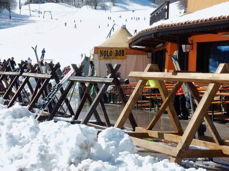Campitello Matese - punto del refresco para los esquiadores imagenes de archivo