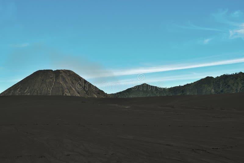 Campo agricolo del paesaggio, la stagione estiva, le piste dell'automobile sulla terra, con un cielo nuvoloso drammatico immagini stock libere da diritti