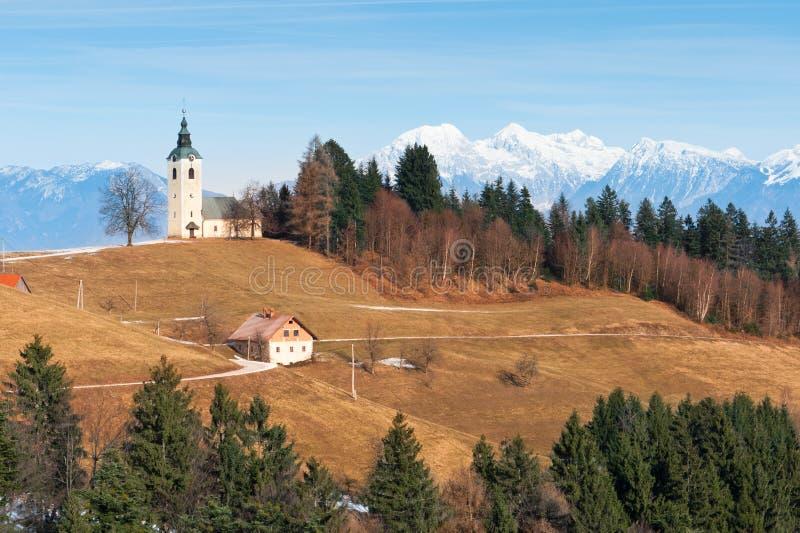 Campo alpino idílico com igreja imagens de stock royalty free