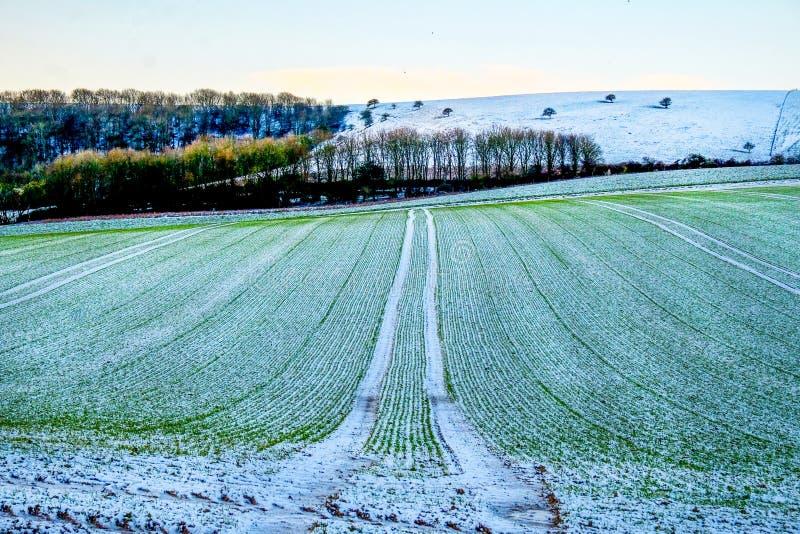 Campo arado coberto na geada nas penas sul parque nacional, Reino Unido fotografia de stock