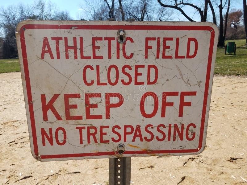 Campo atlético blanco y rojo cerrado para no evitar ninguna muestra de violación en la suciedad fotos de archivo libres de regalías