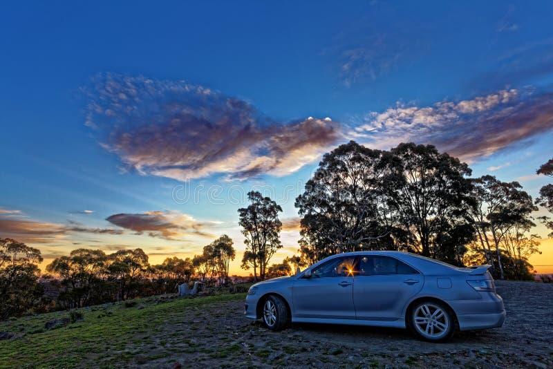 Campo australiano do curso com o carro pelo céu HDR do por do sol foto de stock royalty free