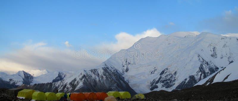Campo bajo de Lenin Pik de las montañas de Pamir fotografía de archivo libre de regalías