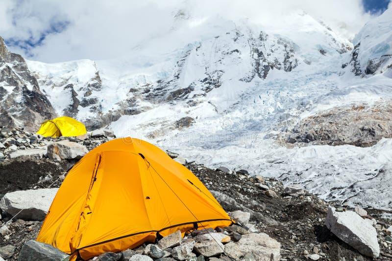 Campo bajo y tienda de Everest en las montañas de Himalaya fotografía de archivo libre de regalías