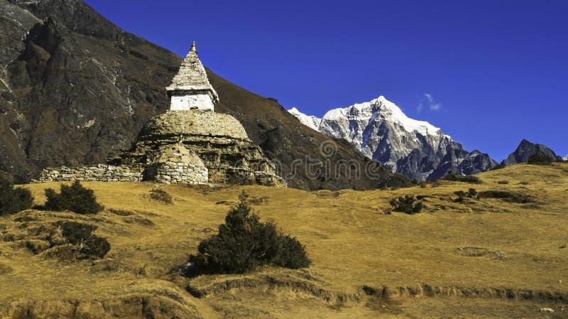 Campo base buddista di Everest delle montagne del Nepal Himalaya del paesaggio del bazar di Stupa Namche immagine stock libera da diritti