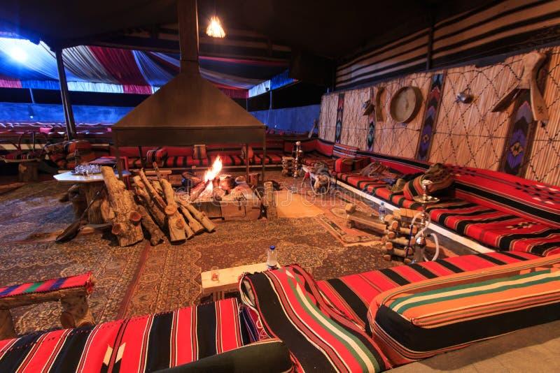 Campo beduino nel deserto di Wadi Rum, Giordania, alla notte fotografia stock libera da diritti
