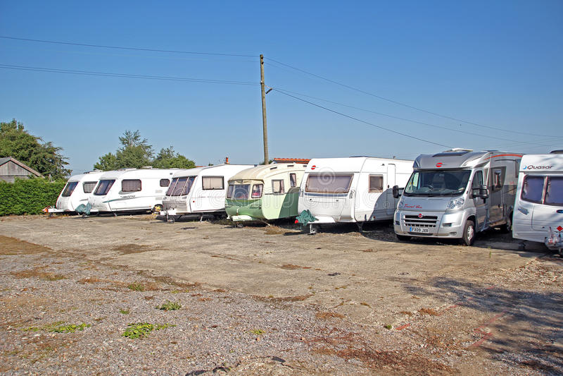 Campo Caravan Di Stoccaggio Del Caravan Fotografia Editoriale