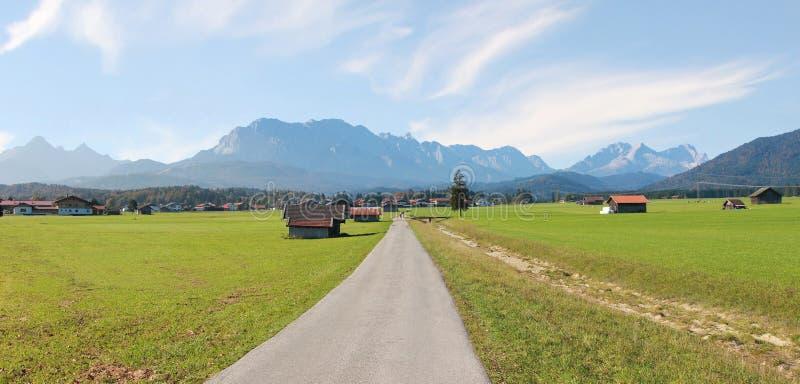 Campo cerca de las montañas del wallgau y del wetterstein imagenes de archivo