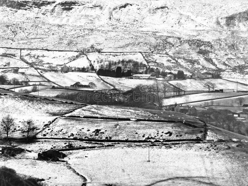 Campo coberto de neve de yorkshire com paisagem do charneca imagem de stock royalty free