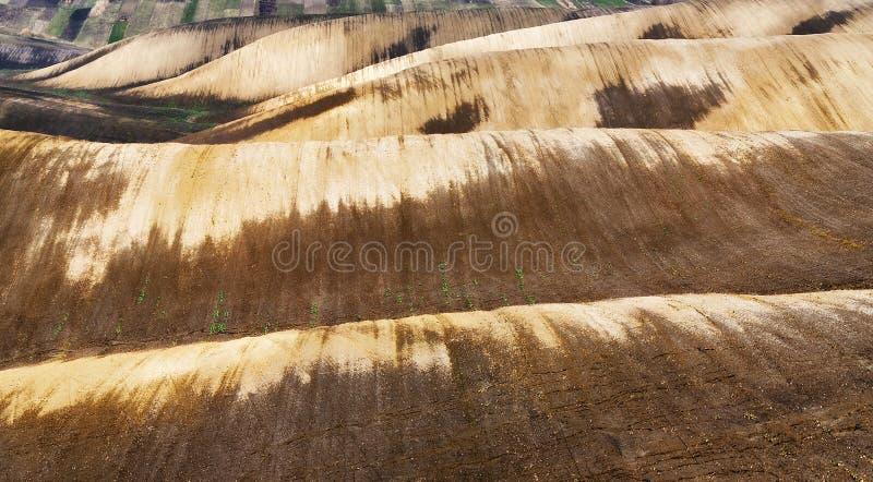 Campo colline pittoresche del giacimento della molla fotografie stock