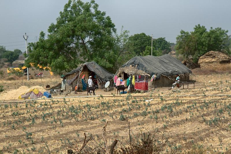 Campo com as cabanas de Adobe na Índia foto de stock