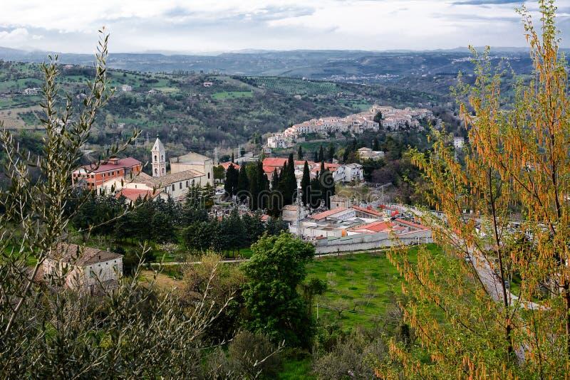 Campo con el santuario de la cara santa y el pueblo de Manoppello fotos de archivo