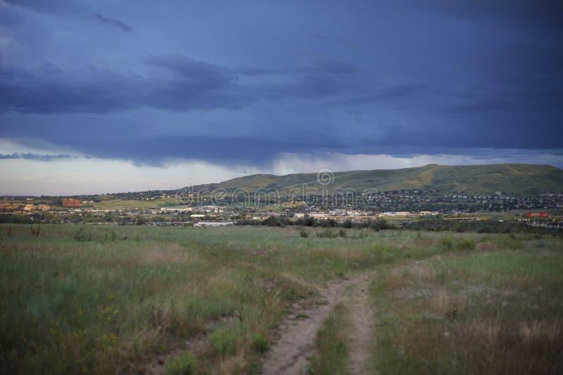 Campo con la vista de la ciudad y de suburbios imagen de archivo