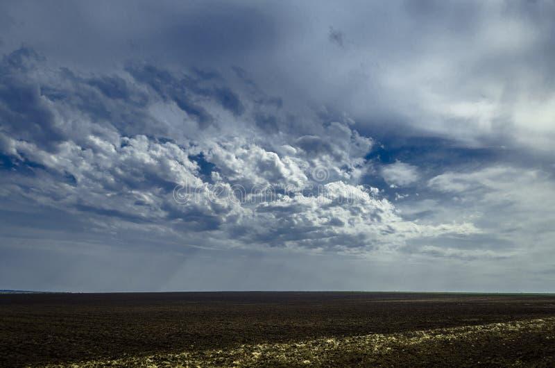 Campo con las nubes foto de archivo libre de regalías
