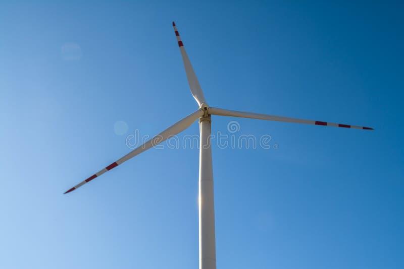 Campo con los molinoes de viento para la energía eléctrica La energía limpia produjo por el viento Extracción de la energía del a foto de archivo