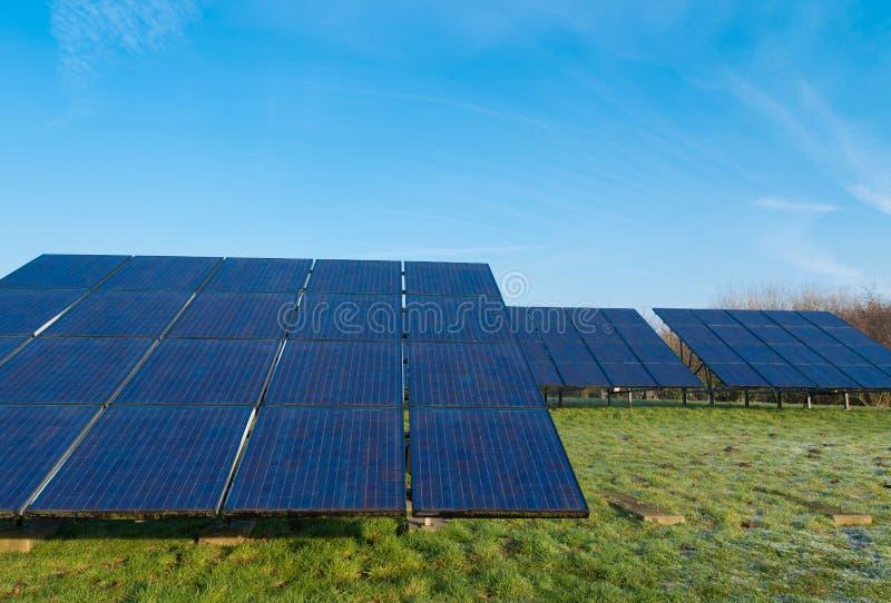 Campo con los paneles solares foto de archivo libre de regalías