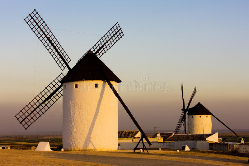 campo criptana de windmills royaltyfri bild