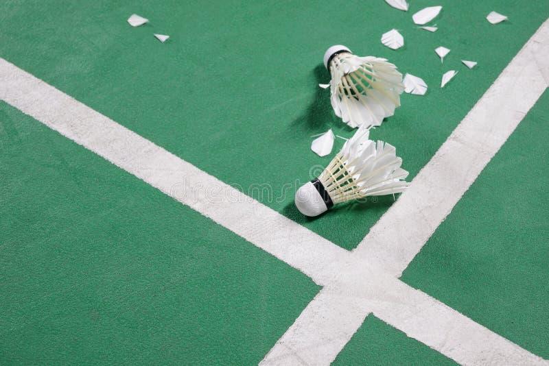 Campo da badminton con un volano all'angolo fotografia stock libera da diritti