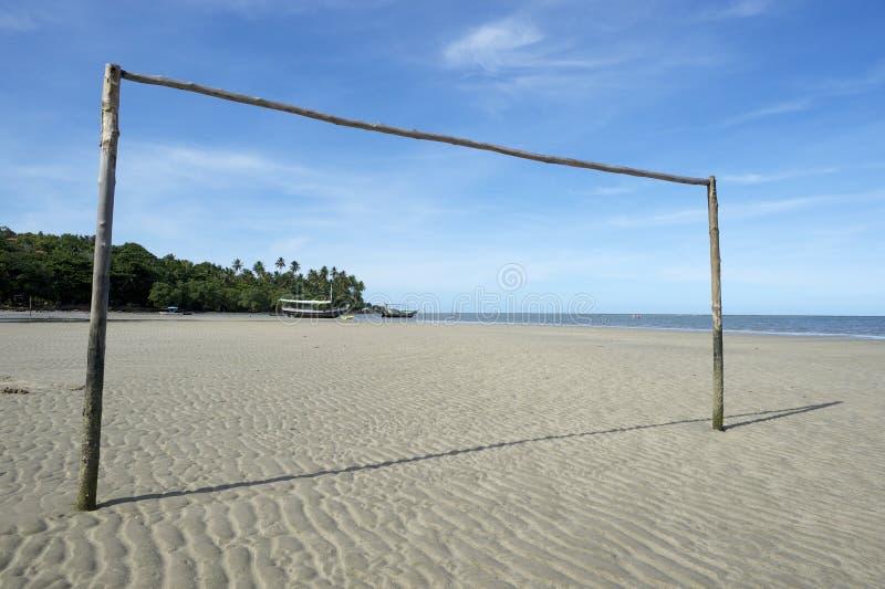 Campo da calcio brasiliano vuoto della spiaggia con il palo immagine stock libera da diritti