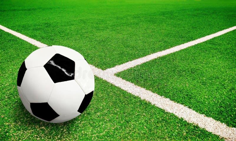 Campo da calcio verde con pallone da calcio fotografie stock libere da diritti