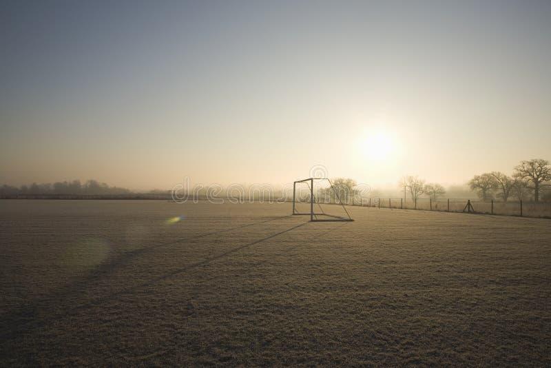 Campo da calcio vuoto e mattina gelida di inverno fotografia stock
