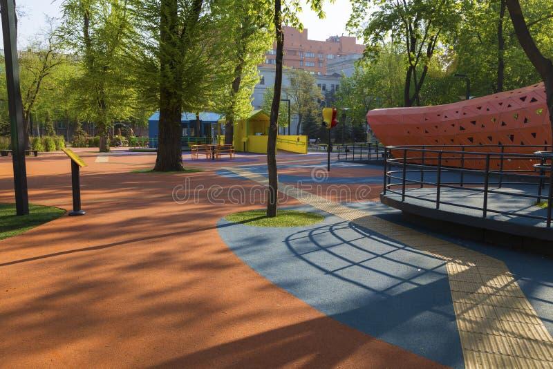 Campo da giuoco moderno vuoto dei bambini Citt? di Dnipro l'ucraina fotografie stock