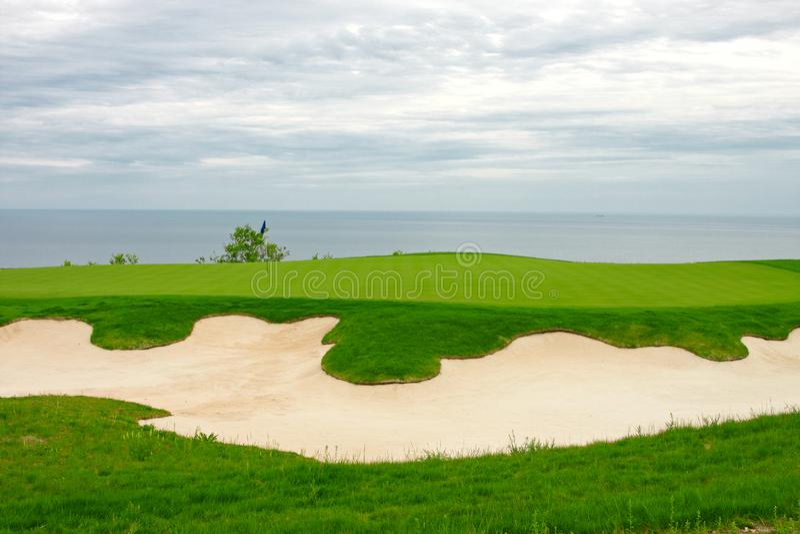 Campo da golf dal mare fotografia stock libera da diritti