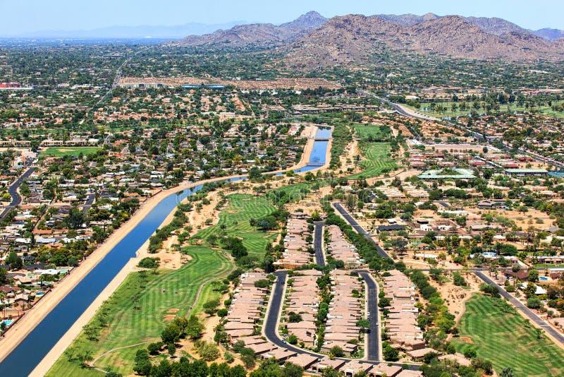 Campo da golf del deserto e montagna della mummia fotografia stock