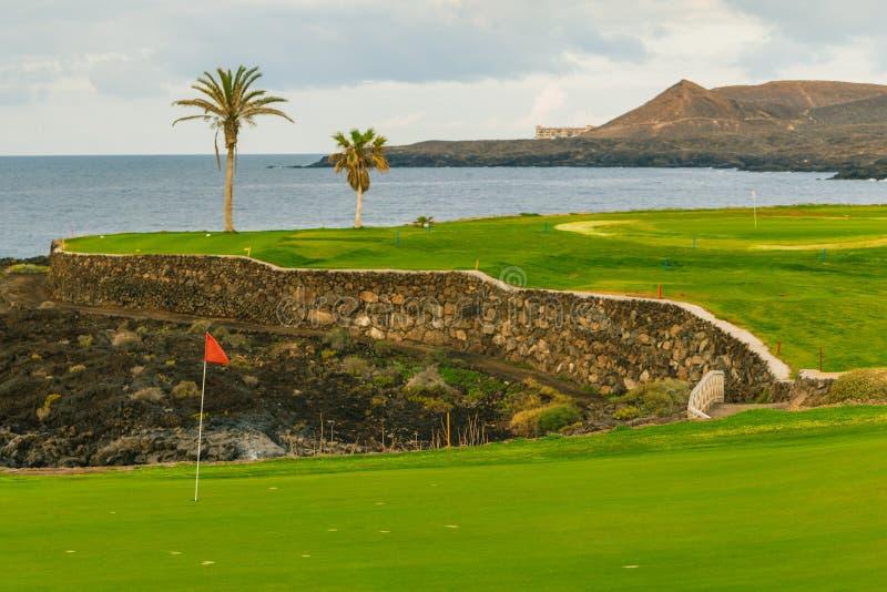 Campo da golf lungo la linea costiera rocciosa immagine stock libera da diritti