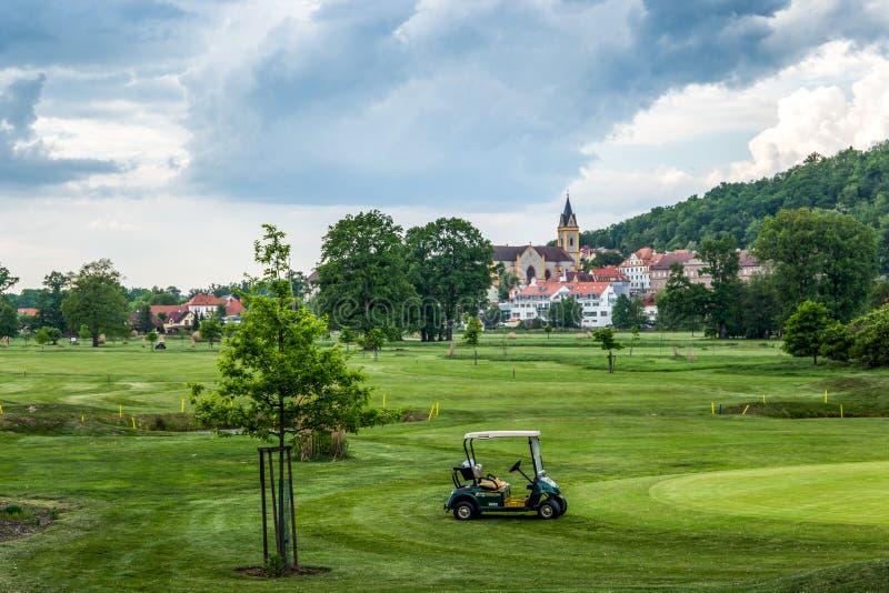 Campo da golf su un vecchio fondo della chiesa fotografie stock
